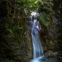 Wasserfall in kühler Klamm